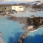 Den blå lagune - Den blå Lagune, eller Bláa Lónið som islendingene kaller den, ligger på Reykjanes, en halvøy rundt 50 kilometer sydvest for Reykjavik. Selve lagunen består av flere geotermiske bassenger…