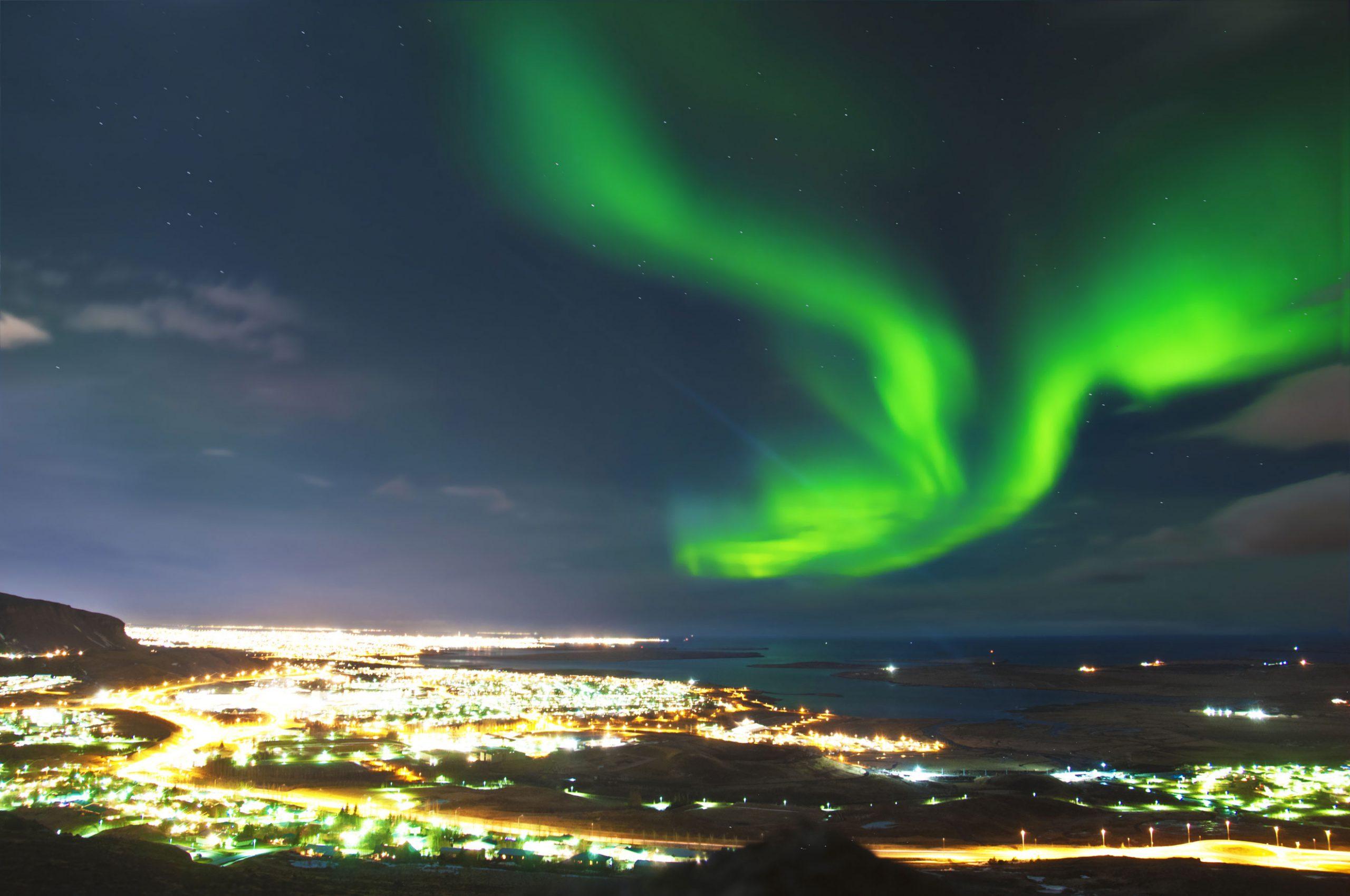 nordlys over Reykjavik Island kan man se det utsikt